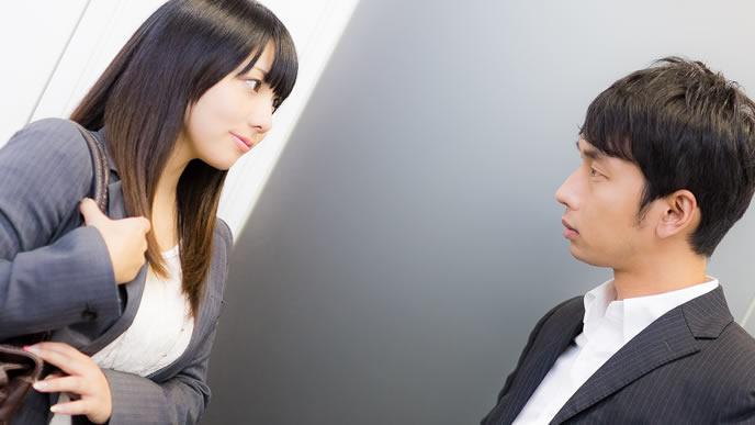 同僚に相談を持ちかける女性
