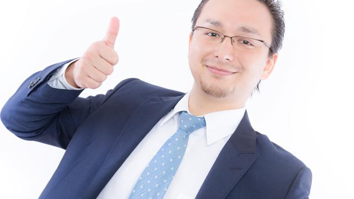 楽観的なアピールをする男性