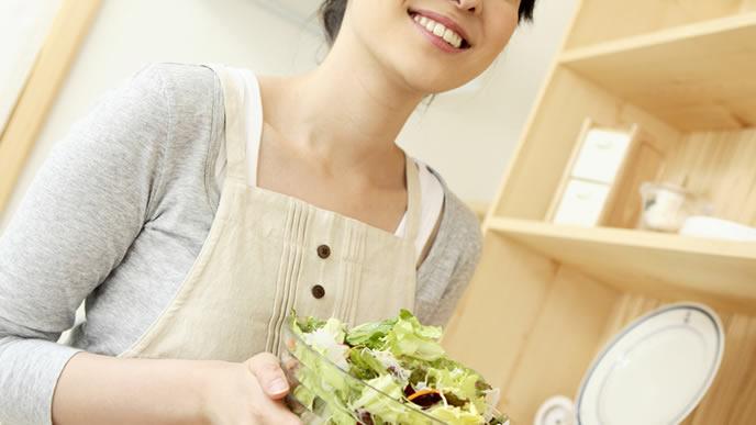 料理が得意な笑顔の女性