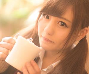 オシャレなカフェでコーヒーを飲む女性