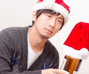 季節はずれのクリスマスを楽しむ男性