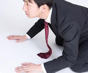 営業先で平謝りする腰の低い男性