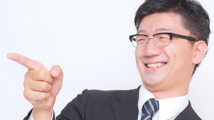 職場で爆笑する男性
