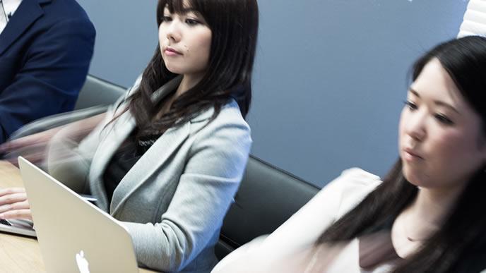 仕事中に転職準備を進める女性