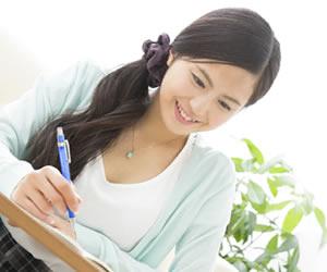 楽しく資格の勉強をする女性