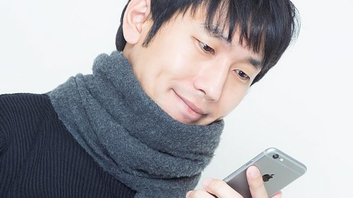 スマートフォンで時間を計測する男性