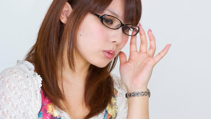 メガネを直して本番に気合を入れる女性