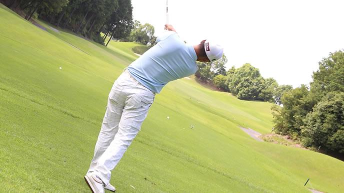 週末ゴルフを楽しむ男性