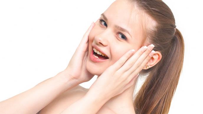 耳を強調している女性