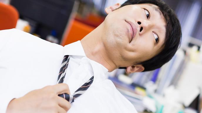 ドヤ顔で同僚に自慢する男性