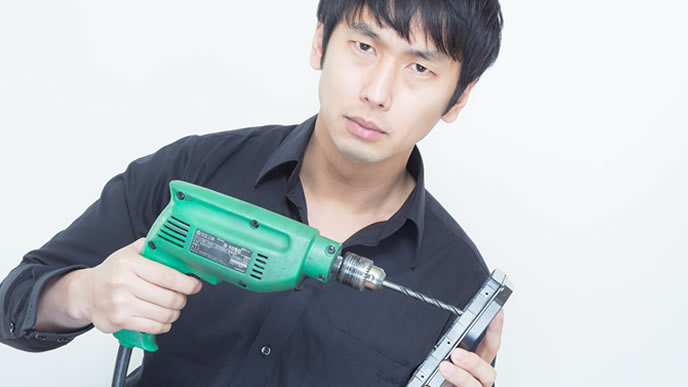 ハードディスクを壊す仕事をする男性