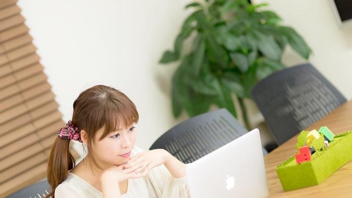 パソコンで適正診断をしている女性