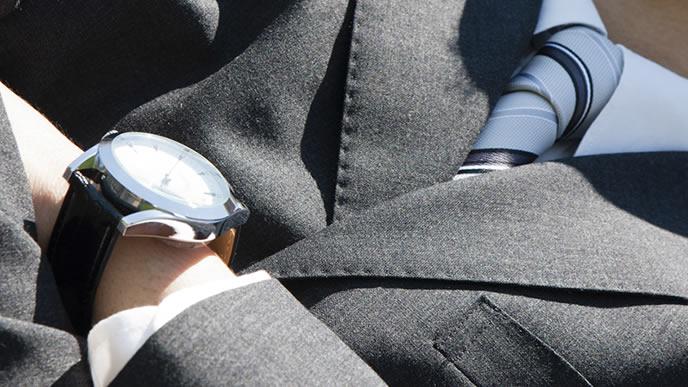 ジャストサイズでスーツを着る男性