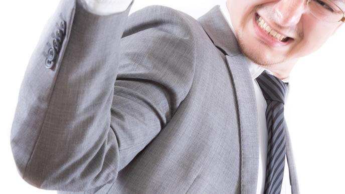 グレーのスーツで仕事に励む男性