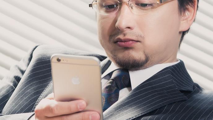 ネクタイとスーツの色を合わせたお洒落な男性