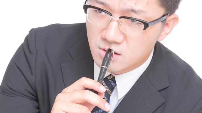 真剣な表情でネクタイを選んでいる男性