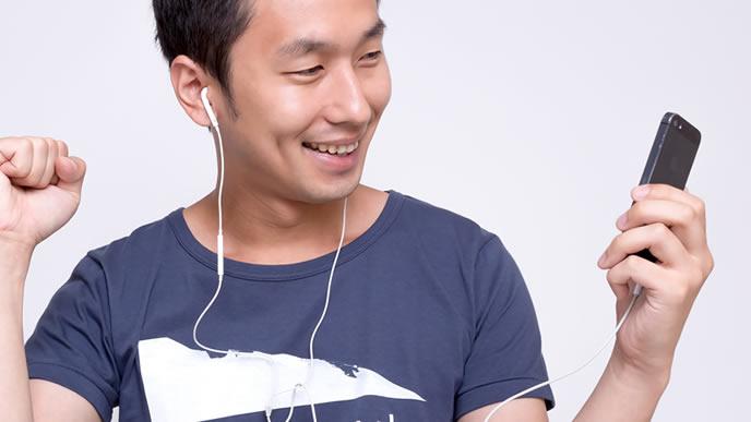 音楽を聴く陽気な男性