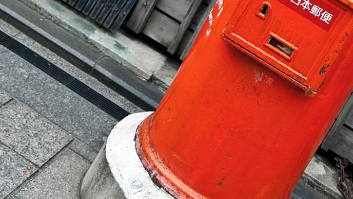 田舎にある赤い郵便ポスト
