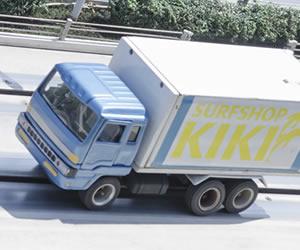 高速道路を走る大型トラック