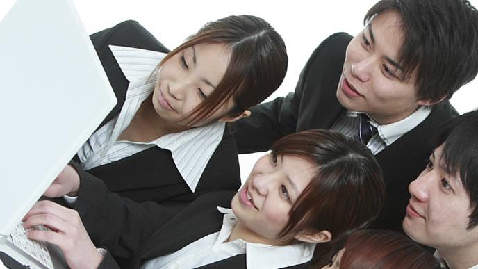 企業の内定式を確認する大学生