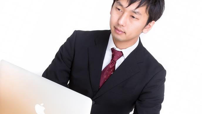 内定辞退をメールでしようとしている男性