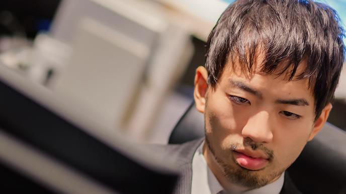 過酷な残業に耐える男性