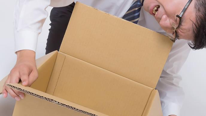 郵送に戸惑っている男性社員