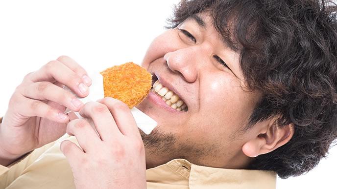大好物のコロッケに笑顔を見せる男性