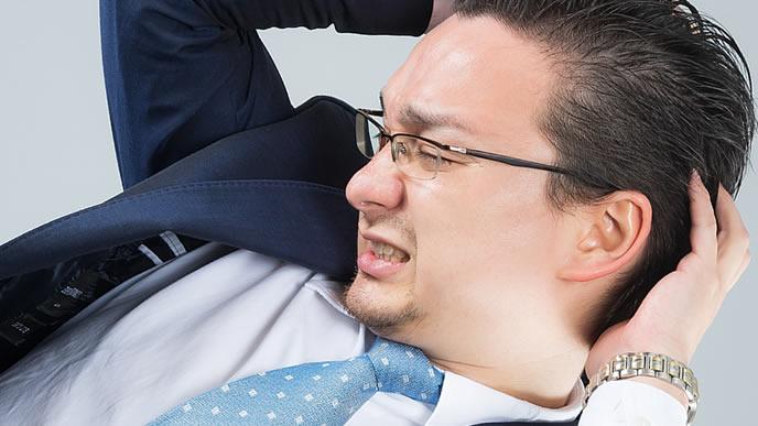 職場の人間関係に悩んでいる男性