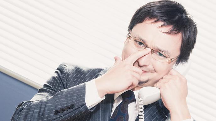 電話で連絡する誠意のある男性