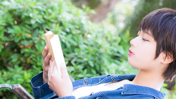 資格の勉強に励む女性