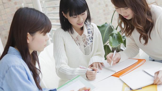 資格を取得するために勉強会を開いている女性