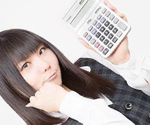 電卓片手にやる気を見せる経理の女性