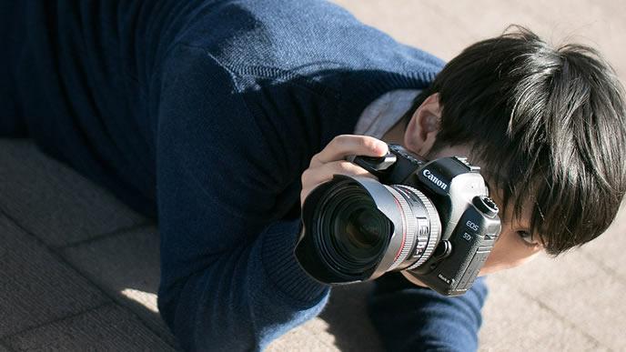 ターゲットを逃さないために必死で撮影する男性
