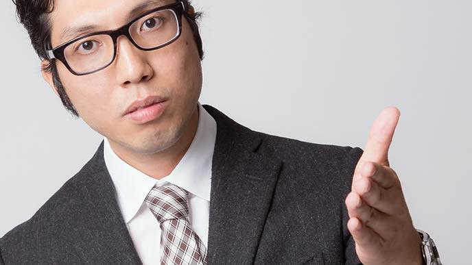 就活生に前髪について指導する男性
