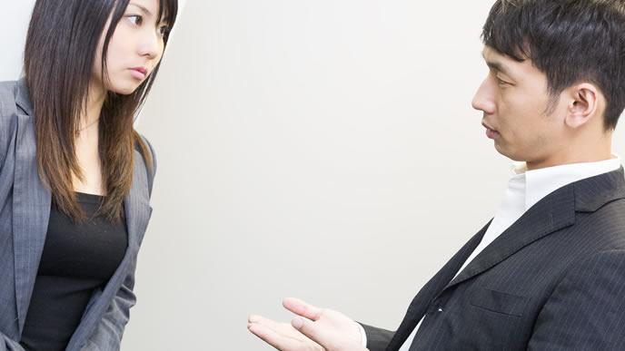 ビジネス単語を説明する男性