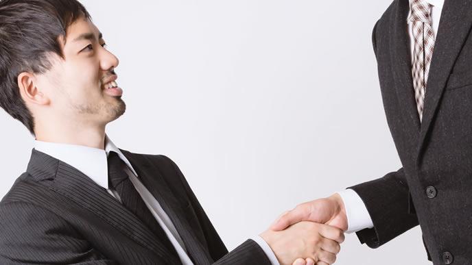 取引相手と交渉中の男性
