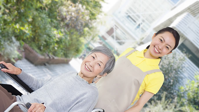 介護のボランティアで社会貢献している女性