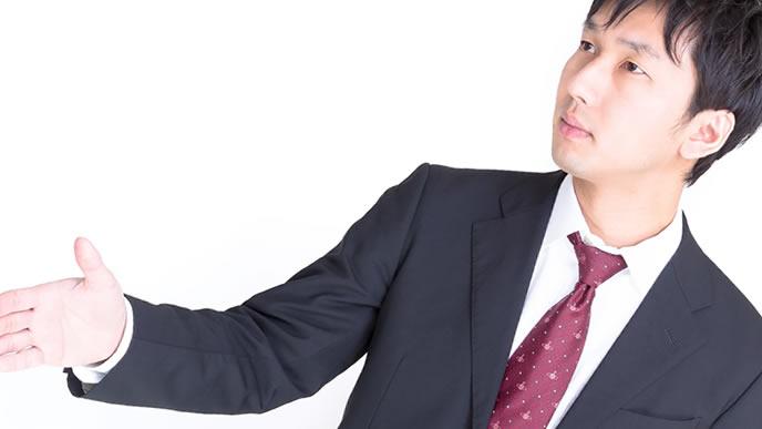 握手を求める礼儀正しい男性