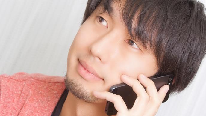 低姿勢で電話する男性
