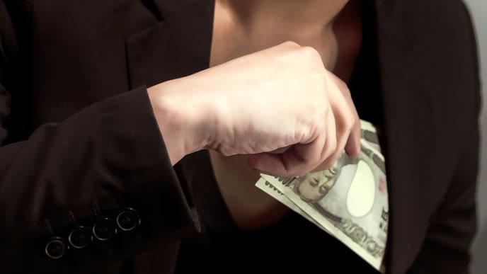 懐に大金を詰め込んでいる男性