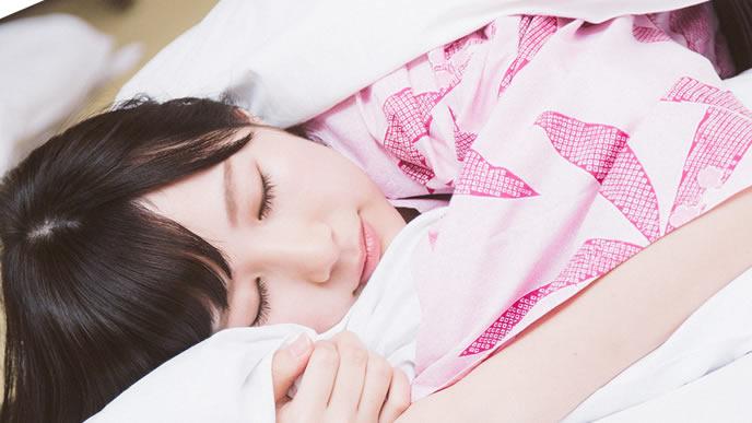 気持ちよさそうに寝る女性
