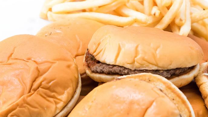 ファーストフード店の大量のハンバーガー