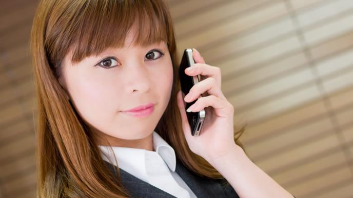 電話での自己紹介を忘れない礼儀正しい女性