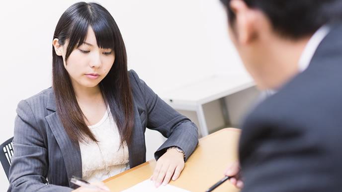 会社で自己分析をする若手社員