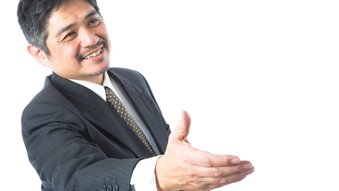 仲直りの握手を求める男性