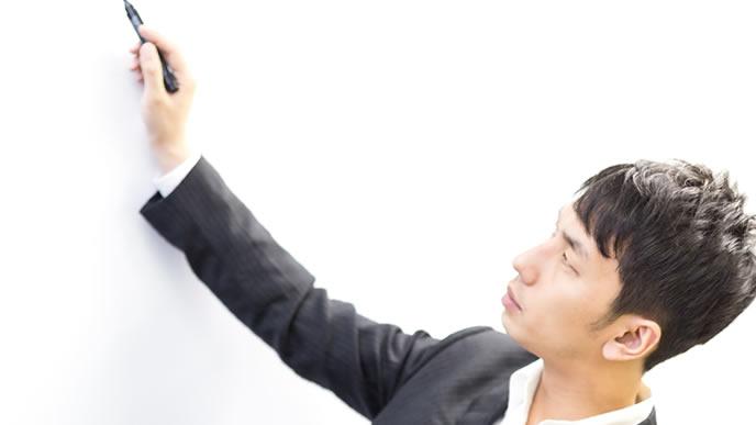 社内目標を発表する男性