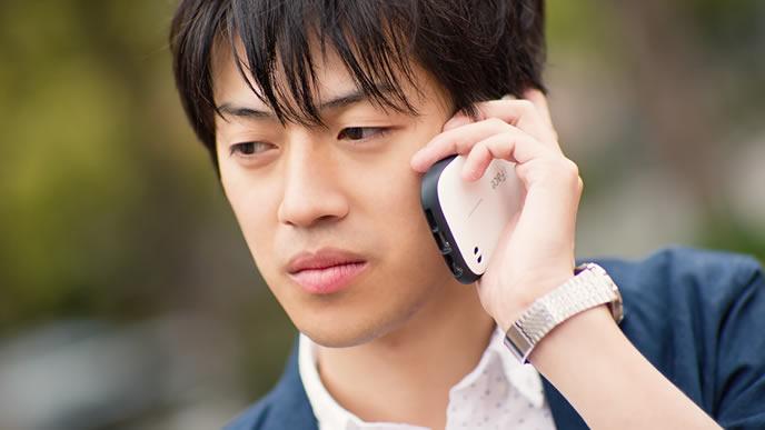電話で面接の断りを入れる男性