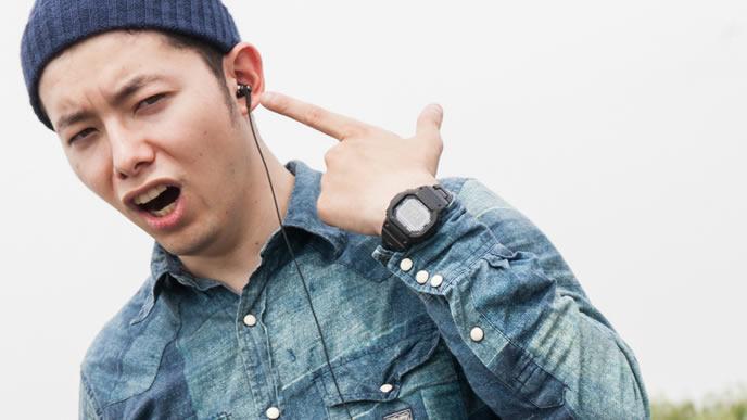 音楽を聴く思い込みの激しい男性