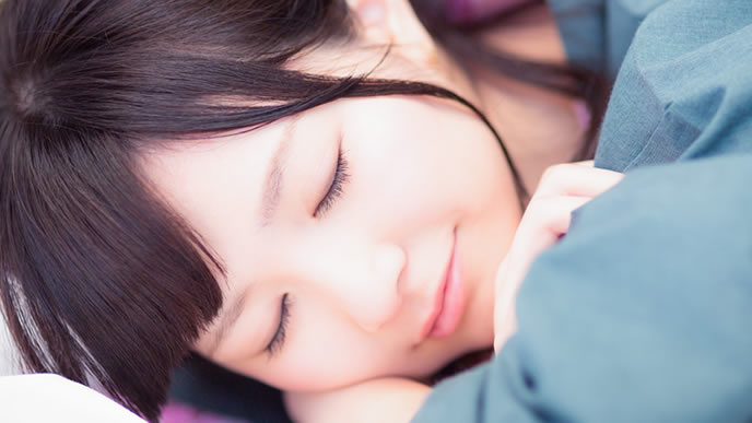 夢を見て笑顔になる女性